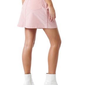 Skøn nederdel fra na-kd i lyserød. Nederdelen er aldrig brugt og fejler derfor intet.  Byd gerne :)