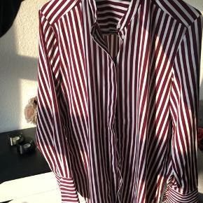 Sælges billigt da jeg ikke for den brugt - super fin lang skjorte fra H&M, brugt maks 2 gange. Lavet af polyester  Bytter ikke og sender kun på købers regning :)