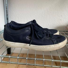 Sælger mine Lacoste sko i mørkeblå. De er 2-3 år gamle, men jeg har aldrig rigtig gået med dem. De er str 37. Kom med bud eller spørg i PB om flere billeder.