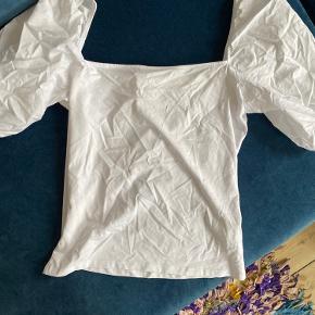 Sælger denne fine t-Shirt, fra h&m, da jeg desværre ikke får den brugt 🤍