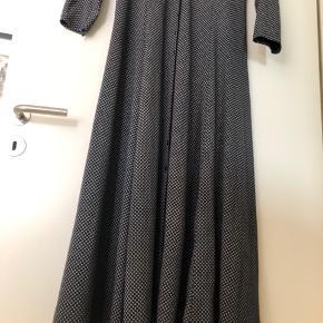 Lang kjole fra ZE-ZE, der går ind i taljen og med vidde forneden, den falder flot og er meget behagelig at have på. Længde:135 cm.