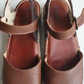 Varetype: Sandaler Farve: Brun Prisen angivet er inklusiv forsendelse.  Brugt et par gange. Kan sendes med Dao 38kr