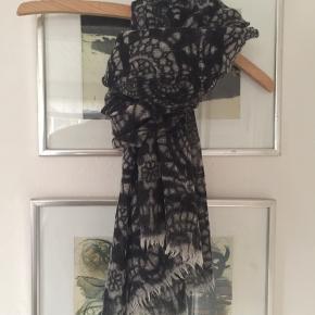 Tørklæde 65x135 cm. Brugt, men i super fin stand. Pris 100,- pp Bytter ikke.