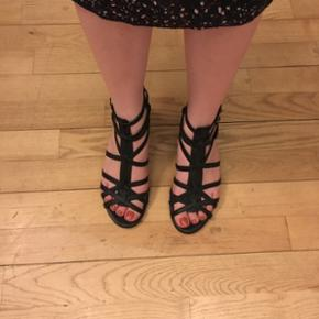 Fin sort sandal med lille kilehæl. Brugt, men fremstår stadig pæne. Bud modtages.  Se også mine andre annoncer, med gode priser på blandt andet tøj fra designers remix, Won Hundred og mbyM.