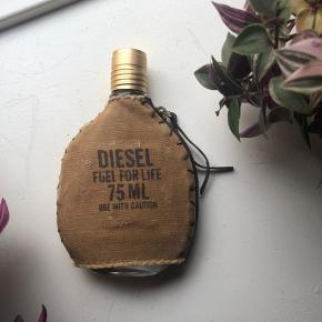 Diesel Fuel For Life eau de toilette 75 ml. Kun prøvet en enkelt gang. Nypris 500kr.   Kan afhentes på Frederiksberg. Ellers betaler køber porto