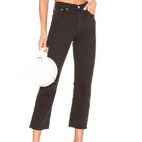 Wedgie straight levi's jeans i sort. nydelige jeans der sidder virkelig godt på kroppen. De er meget bløde og rare at have på, også får man sådan en pæn 🍑.  Størrelsen er 27.  Der er 1% elastik i  Kan prøves eller hentes i Roskilde. Sender med dao.   besøg min shop for mere tøj !
