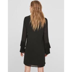 Sælger denne sorte kjole fra Vero Moda med de fineste plisserede ærmer.  Helt ny, stadig med mærket på.  Sendes med DAO via Trendsaleshandel - pris for fragt kommer oveni :)