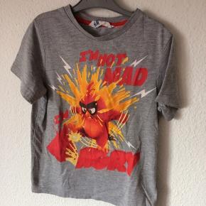 H&M - t-shirt med print Str. 110/116 Næsten som ny Farve: lysegrå angrybird Køber betaler Porto!  >ER ÅBEN FOR BUD<  •Se også mine andre annoncer•  BYTTER IKKE!