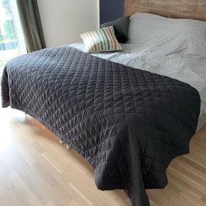 """Rigtig flot mørkegråt / beige sengetæppe fra Ellos. Modellen """"Tora"""" i str. 260 x 260. Fejler intet. Nypris på Ellos hjemmeside er 699,-.   🔹 Mine priser er så lave og fair, at jeg ikke forhandler om prisen på en enkeltvare. 🔹 Køber du flere annoncer, så finder vi selvfølgelig en god samlet pris.  🔹 Fragt kommer oveni den angivne pris!"""