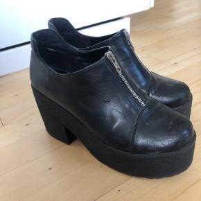 Platform sko med gummi sål. De har et par brugs spor. Skoene er i Faux-læder