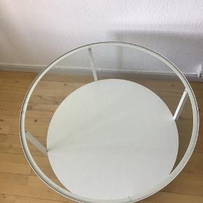 Sofabord 75 cm i hvid med glasplade fra IKEA. Næsten som ny. Ingen ridser. BYD