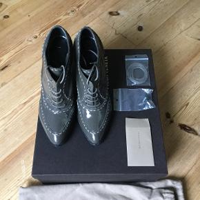 Smukke Bottega Veneta sko i grå lak i str. IT38. Måler 24,3 cm indvendig. Brugt få gange. Ekstra snørebånd og hæle følger med samt æske og skoposer. Købt i The Mall udenfor Firenze. Pris er eks. fragt.