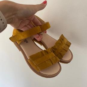 De fineste sandaler str. 31.  Aldrig brugt, da de er købt for store.  Nypris 640,-