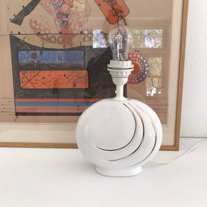 Smuk hvid keramisk fod med fine gulddetaljer i cool art deco stil. En skønhed fra 80'erne i virkelig god stand. H:26 cm inkl. fatning. Fuldt funktionsdygtig 💡Ledning m. afbryder. 280,- #bordlampe #vintagelampe #hvidlampe #kuglelampe #loppefund #loppeguld #loppemarked #genbrugsfund #genbrugsguld #sælges #tilsalg #sælgesaarhus #boligindretning #boligliv #boligmagasinet #loppedeluxe #indretning #lopper #loppersælges #loppertilsalg #genbrugsguld #genbrugsguldtilsalg #genbrugsguldsælges #interiørinspiration #belysning #interiør