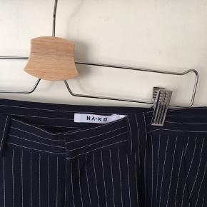 Fede bukser fra na-kd i str. 38 Aldrig brugt Jeg har syet dem op i længden, hvilket vil sige de fitter en der er 160-65 cm høj Byd!