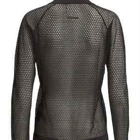 Fin sort bluse fra Baum und Pferdgarten i 54% bomuld og 46% polyester. Kun prøvet på og Aldrig brugt. Brystmål: 47,5 cm på tværs + strech (dvs 95 cm på tværs + stech) Længde: 57 cm fra nakken og ned.  Se også alle mine andre annoncer!   Varetype: Ny Cory sort mesh bluse hulmønstret langarmet sweatshirt blouse net top Farve: Sort Oprindelig købspris: 1500 kr.
