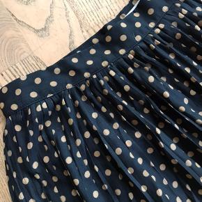 Lækker nederdel fra Mango. Aldrig brugt. Længde: 84 cm, lukkes med lynlås i siden.