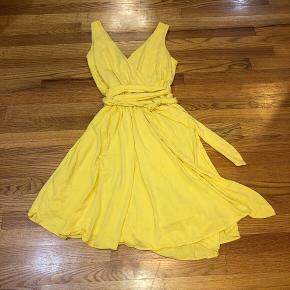 Jeg sælger denne kule slå om kjole fra miss international, da jeg ikke kan passe den Mp: er 200 inkl fragt