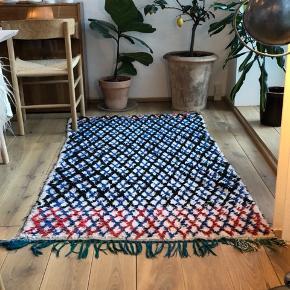 Boujaad-tæppe fra Marokko. Det er købt i craft sisters i jægersborggade for to år siden. Det kostede 3500kr. Det måler 160*80 cm.