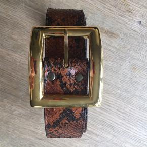 Lækkert læderbælte med guld spænde måler 95 cm