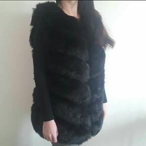 Så fin sort faux fur pelsvest i sort. Str. S Men kan passes af en XS-M😊  Aldrig brugt.  Kom med bud, er frisk på en hurtig handel!😊👍