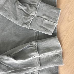 H&M trøje der var rimelig hypet for noget tid siden grundet dens lighed med en trøje fra Haider Ackermann båret af Kanye West, så vidt jeg husker.  Trøjen er størrelse S men fitter noget større, da det er meningen den sidder løst og er oversized.  Trøjen er i fin stand, der er en smule distress ved det yderste af begge ærmer, hvilket ses på billedet i annoncen.