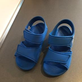 Adidas Altaswim str. 30, der står str. 33,5 i sandalen men de er meget meget små og passer en str. 30. Brugt 1 uge på sommerferie og fremstår næsten som ny.