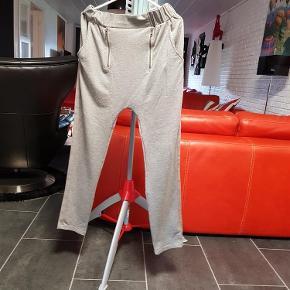 Brand: Nü by staff Varetype: Bukser (175 kr) Farve: Grå  Flotte nü by staff bukser, brugt få gange.