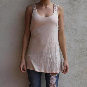 Varetype: top lyserød hæklet byrderryg pudderfarvet nue bluse Farve: Lyserød  Sælger denne fine top fra H&M :-)  Den sælges for 50 + porto :-)