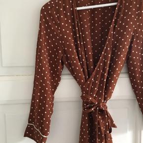 Slå-om kjole fra Vero Moda i str. M - og i god stand.