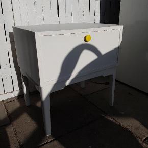 Retro sidebord // natbord // sengebord   Købt brugt og sprøjtelakeret (hos sprøjtelakerer i mat hvid)   God stand men brugt med brugsspor (ridser og afslag). Greb kan udskiftes.   Kan afhentes i Herning