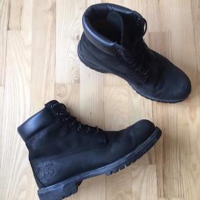 Timberland støvler i god stand. Det eneste der er med skoen, er at der er røget en flig af på snuden (ikke noget man lægger mærke til) se billede 2.   Nypris: 1900,- Sælges for 900,-