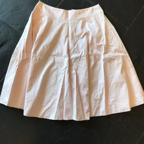 TURNOVER-nederdel med masser af vidde, stiklommer, lynlås i ryggen - og det blødeste bomuld i en supersmuk pudderfarve (de sidste billeder viser den rigtige farve). Aldrig brugt og superskøn. Længde 62 cm, talje ca 78 cm.  Bytter ikke.