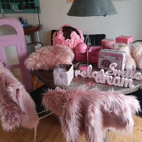 Skal du indrette prinsesse-værelset? En masse lækre pynteting og diverse, se teksten.  Vitrineskab, vintage med glas, malet i rosa kalkmaling 450 kr Lampe, retro 50 kr.  Pude 50 kr., lammeskind 100 kr og rundt tæppe 75 kr, ubrugt, lyserød imiteret pels. OBS SOLGT!  DIY lampeskærm med lyserøde rosenblade 125 kr. 3 stk. Kurve, to pink, en lyserød 40 kr samlet. Pynte tekst i træ, 100 kr samlet. Fluffy sutsko i rosa imiteret pels ca. Str. 35-38 75 kr. Knopper til skab eller skuffer, 4 stk. Pink diamant  2 stk.æsker i pap fra soap & glory (uden indhold) til pynt eller opbevaring 50 kr. Samlet. Tin æske formet som retro radio i lyserød 50 kr. Lyserøde pyntefjer 10 kr.  God samlet pris gives, byd gerne. Spørg gerne for mål, flere billeder osv.  Skal helst afhentes i 4720 præstø, kan dog også medtages til 2770 Kastrup. Mindre ting kan sendes med GLS eller Dao.