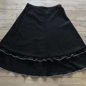 Brand: Present Varetype: Vintage retro nederdel med flæser + Farve: sort  Den måler 78 i taljen, 150 om rumpen og den er 71 lang.