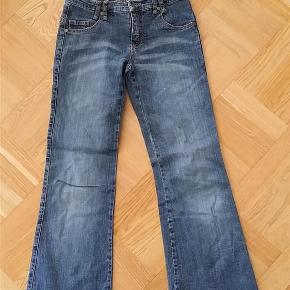 Varetype: pige Størrelse: 12år Farve: Denim  Smarte Fransa jeans med vidde i benene og søde detaljer.