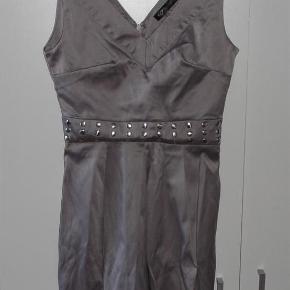 """Sisters Point flot grå festkjole med """"nitter"""" – kjole med bælte  Lynlås i ryggen. Syet lidt """"skåle"""" ud ved barmen.  Kun meget små fejl i stoffet, som man slet ikke ser – men skal lige nævnes - derfor prisen ;)  62% bomuld, 35%polyester, 3%elastane. Meget lidt stræk i stoffet.  Størrelse XS Bredde fra armhule til armhule ca. 38cm.  Talje ca.31cm, hvor """"bæltet"""" sidder. Derefter går den udaf. Længde fra skulderstrop og ned ca.85cm    * * * Se også mine andre annoncer * * *"""
