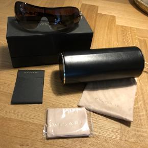 De smukkeste solbriller med ægte swarovski sten sælges. Brugt max 2 gange , da jeg desværre må erkende at jeg har brug for styrke i brillerne. Fejler intet! Desværre har jeg ikke kvitteringen længere men står 100% inde for ægtheden !  Nyprisen var 4500,-