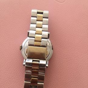 Uret er i fin stand med ganske få microsmå ridser på glasset. Trænger til nyt batteri