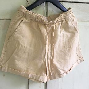 Fine gule shorts fra Uniqlo i str 36 i bomuld og bindebånd i livet. Længde 38 cm, livvidde: 2x33. Bytter ikke, sælges for 237 kr inkl porto. Se også mine andre annoncer!!!