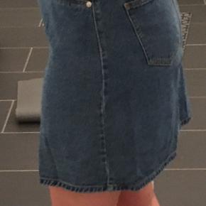 Denim nederdel.  Brugt få gange.  Jeg er 169 cm.