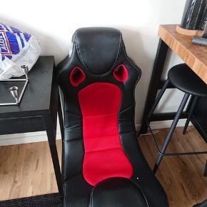 Sej gamer stol med indbyggede højtalere. Står på gulvet. Super behagelig at sidde i. Strømstik mangler til gengæld.