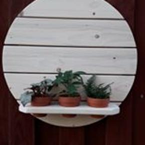ny produceret væghylde i fyrretræ, lev. incl. skjulere men uden blomster, hyhlden har en diameter på 48 cm.