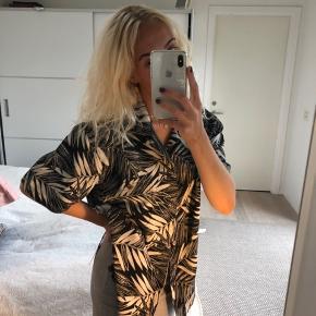 Sej vintage Hawaii lignende skjorte. Størrelsen svarer til en m/l men kan fitte en small oversize. Købt vintage men aldrig brugt. Sælges billigt 💛💛
