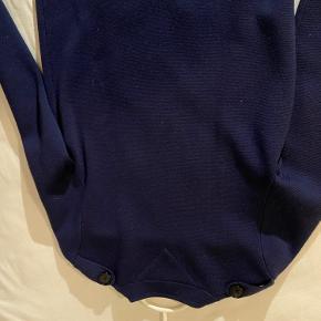 Brugt 2-3 gange. Strik/cardigan i mørkeblå kan også bruges som cardigan og overgangsjakke