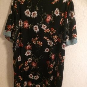 Sort kjole med rust og grøn farve Sælger matchende blazer til Brystmålet er 2x 70 cm Længde 100 cm
