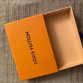 Louis Vuitton æske - kan bruges til at opbevare smykker, nøgler etc.  Kom oprindeligt med en LV kortholder.