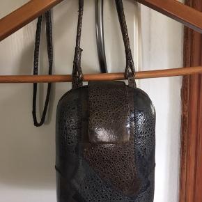 Denne taske er til dig som ønsker at have noget som ingen andre har , den er lavet af tudse skind og egentlig ret fed. Prisen er ikke til forhandling og køber betaler Porto
