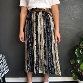 Fin vintage nederdel i str. large. Trænger til en kærlig hånd med strygejernet. Ses på en small