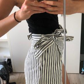 Fine shorts fra zara, med lynlås og lommer i siden.